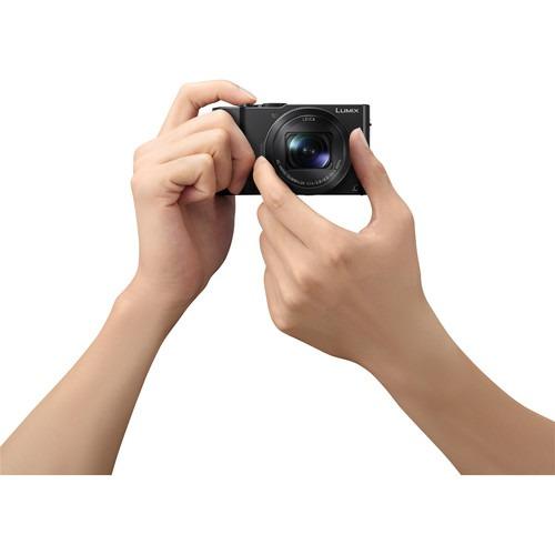 يد تقوم بالتصوير